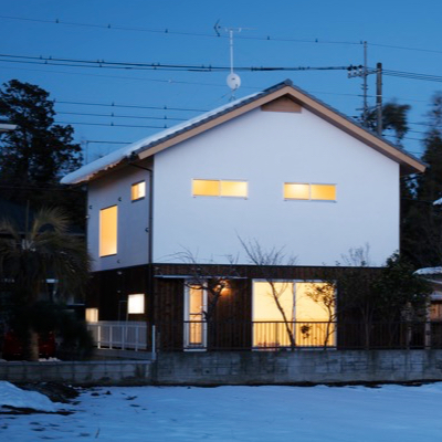 木と漆喰と瓦の家